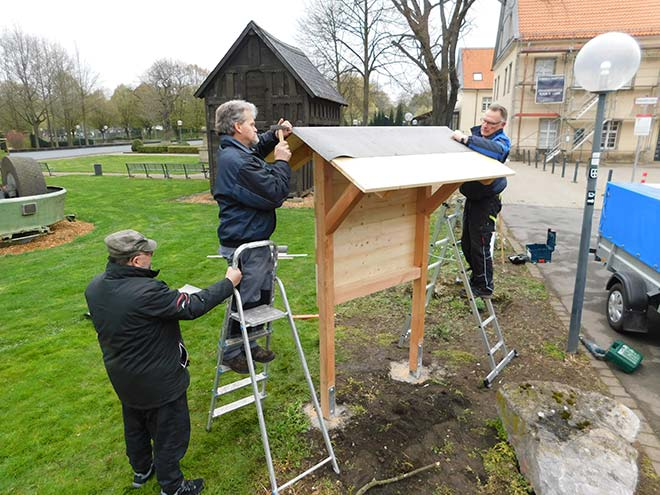 Arbeiten am Insektenhotel im Schloss Martfeld